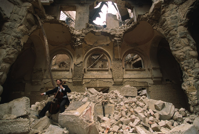 Cellist Vedran Smailović, playing in the ruins of the National Library during the siege of Sarajevo in 1992, repeats the heroic resilience of artists, workers and soldiers in Leningrad. Photo by Mikhail Evstafiev (Creative Commons).